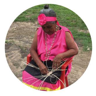 Mujer Tejiendo Canastos